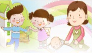 왼쪽에 남자아이와 여자아이가 손잡고 놀고 있고, 오른쪽에 엄마가 아기를 돌보고 있다.